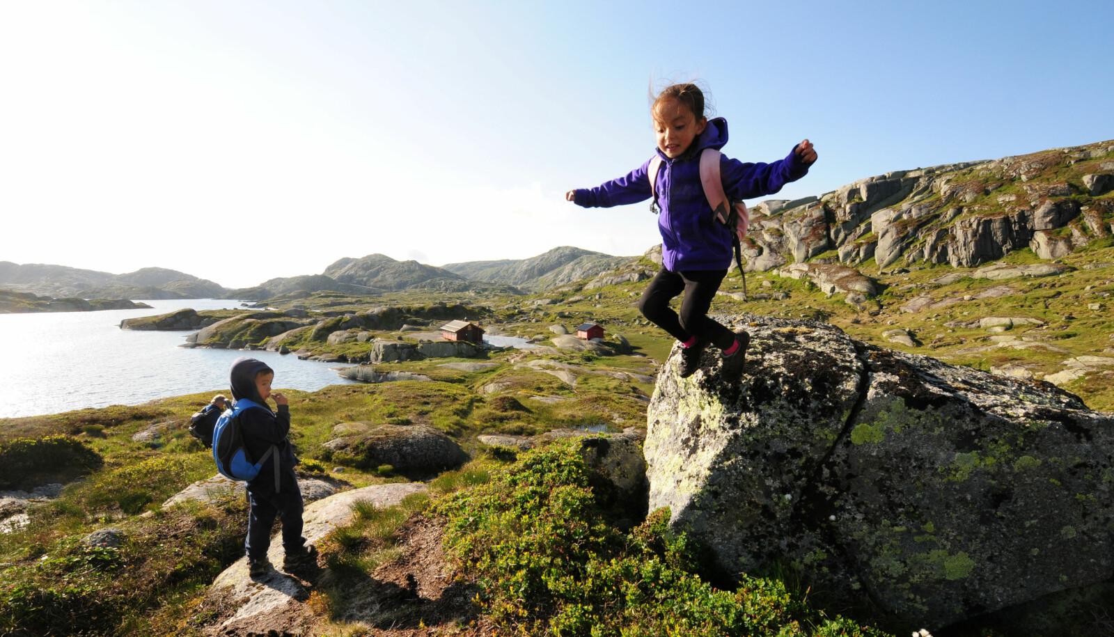 GØY PÅ TUR: Husk å ha tid til lek når du er på tur med barn.