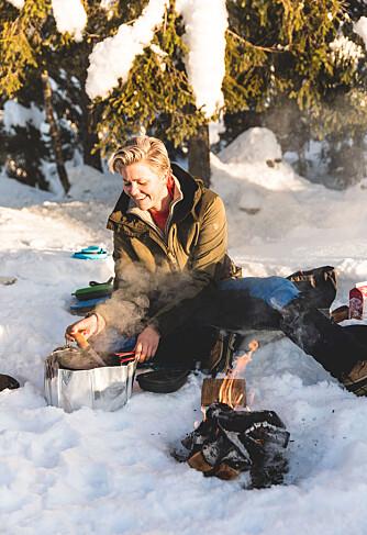 UTEKJØKKEN: Tonje Fånes Aaring liker bedre å lage mat på primus enn på bål, fordi det er enklere å tilpasse varmen på primus.