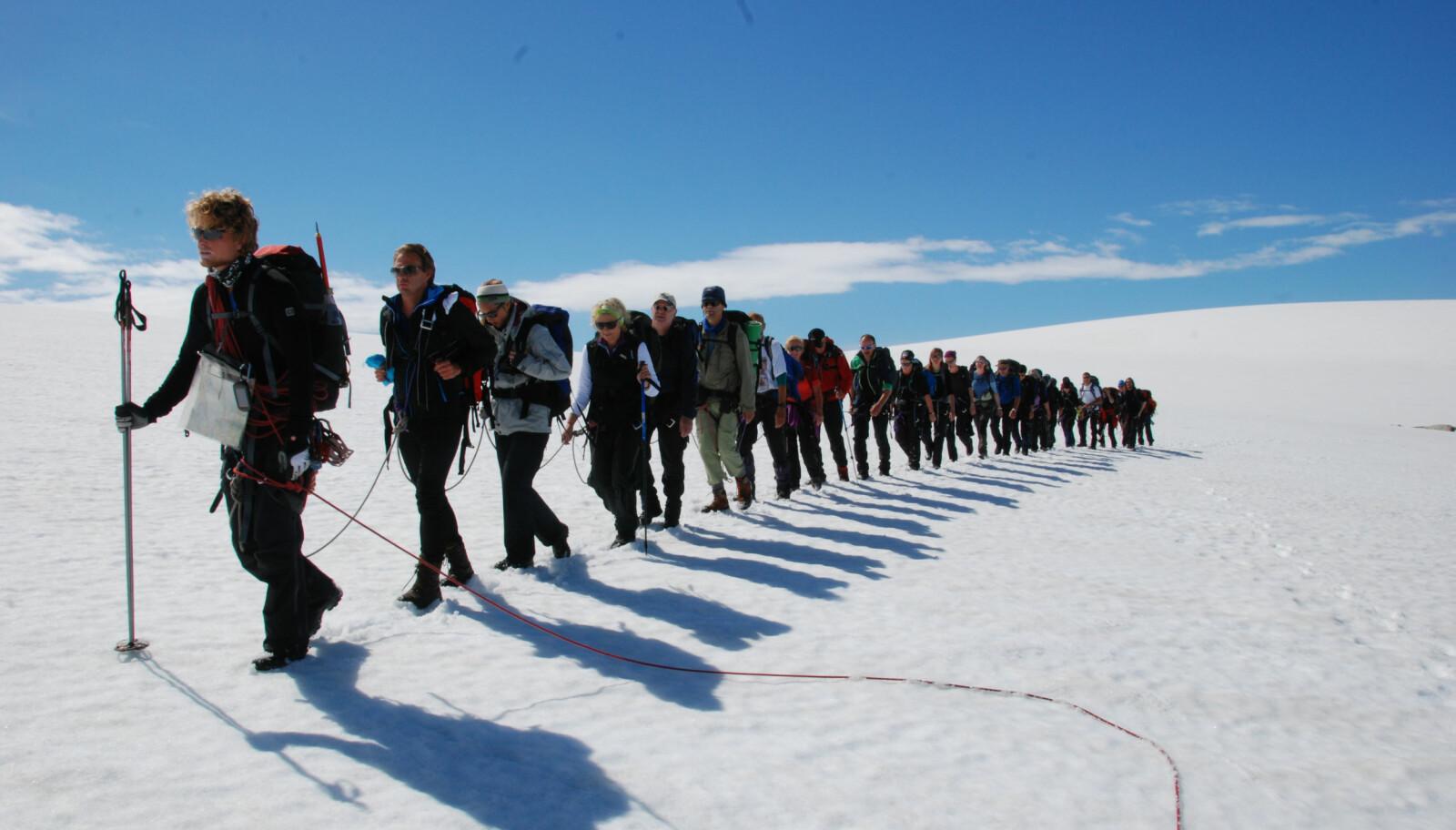 Turen går fra Sundal i Mauranger til Sørfjorden i Hardanger over Folgefonna. Man må gå med fører for å krysse breen.