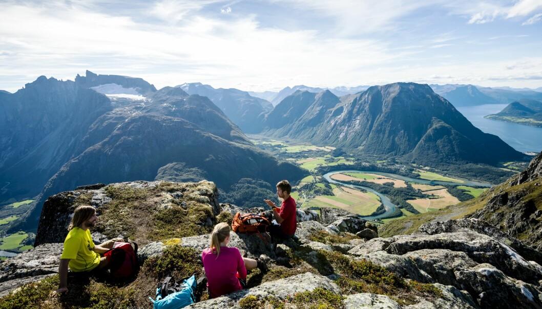 STORSLÅTT UTSIKT: Fra Romsdalseggen har du vidsyn over Trollveggen og elva Rauma.
