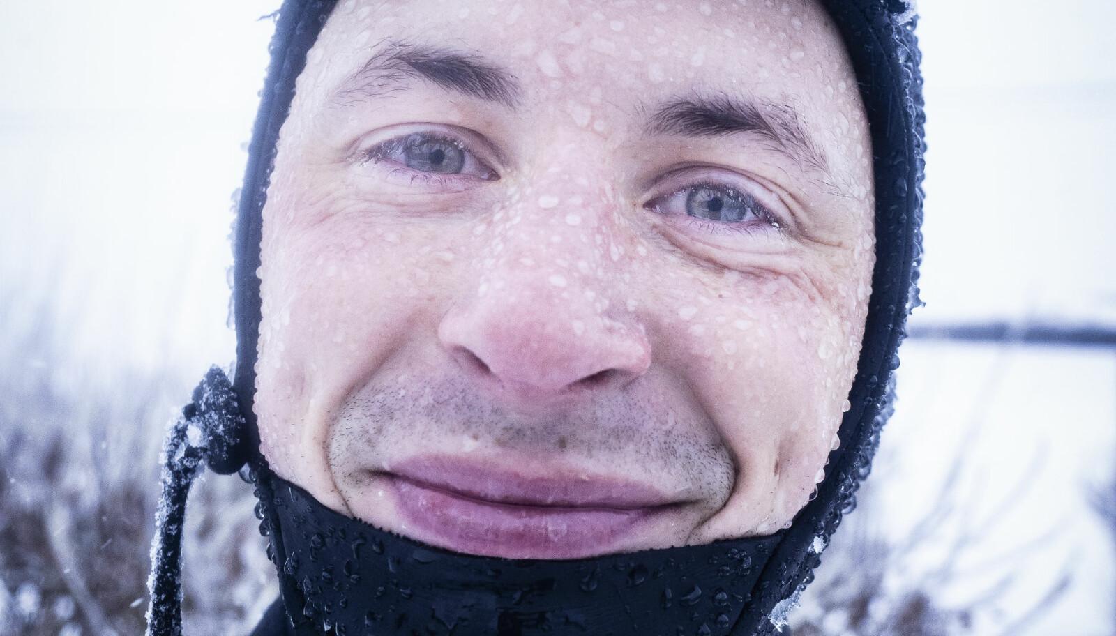 LOKALPATRIOT: Anders Stave har reist verden rundt med surfbrettet, men de fineste bølgene finner han hjemme på Andøya.