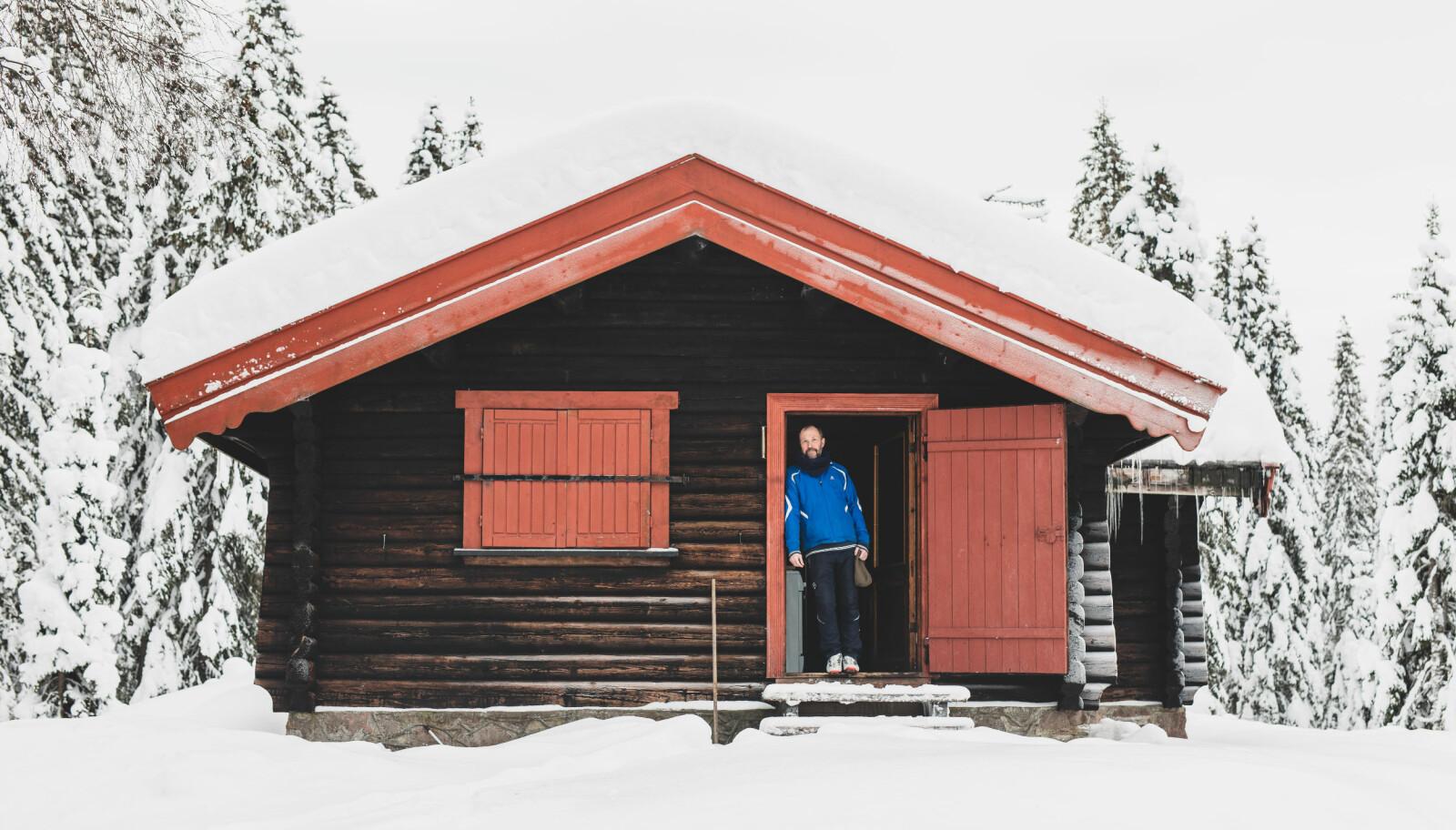 """<span class="""" italic"""" data-lab-italic_desktop=""""italic"""">Lars Elling eier en enkel hytte i Nordmarka sammen med en kompis. – Jeg liker marginal komfort og den korte veien til belønningen.</span>"""