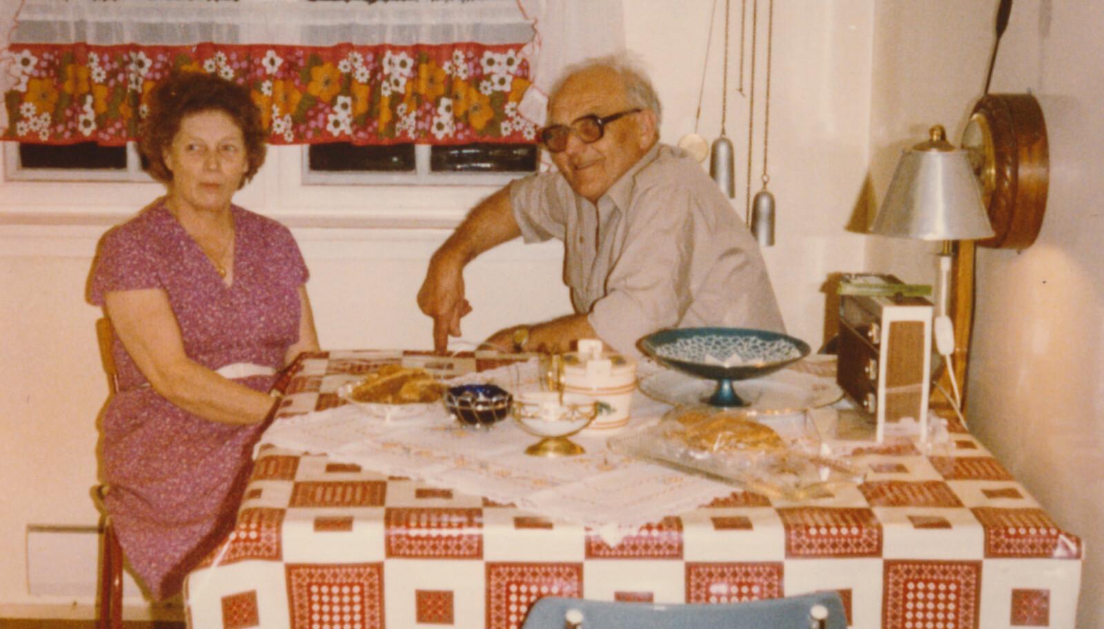 """<span class="""" italic"""" data-lab-italic_desktop=""""italic"""">Ved kjøkkenbordet på Kråkenes sit mor Margit og far John Johnsen. Dei budde på Kråkenes fyr frå 1960 til 1983.</span>"""