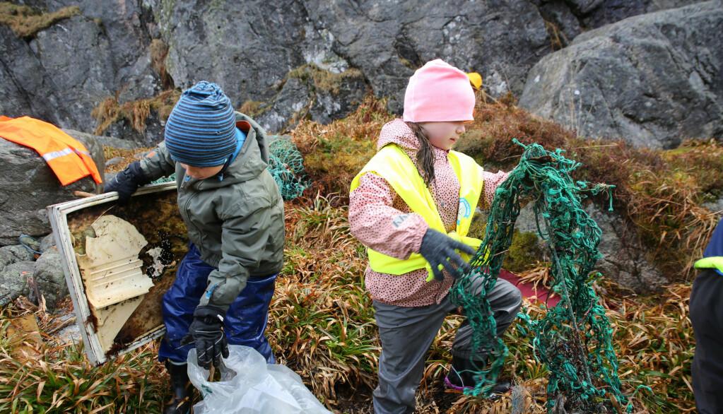 Barn kan gjerne plukke søppel i fjæra, selv på en påsketur i ferien.
