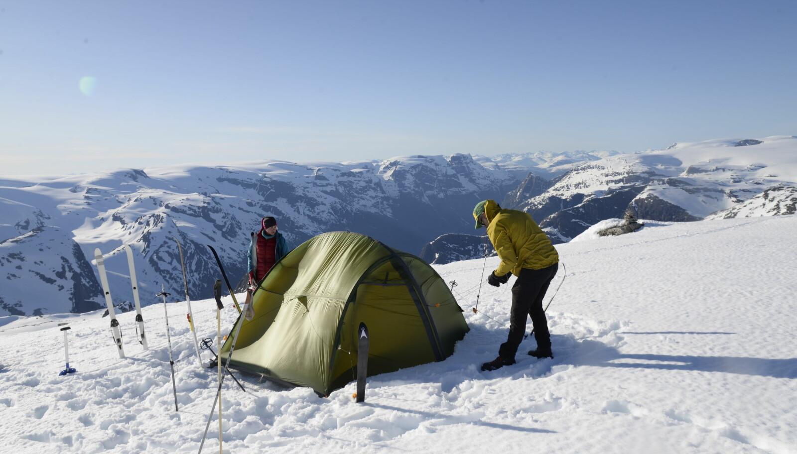 Kan hende vi denne natten setter opp teltet på verdens fineste leirplass, med utsikt mot Oldevatnet og Ceciliekruna.