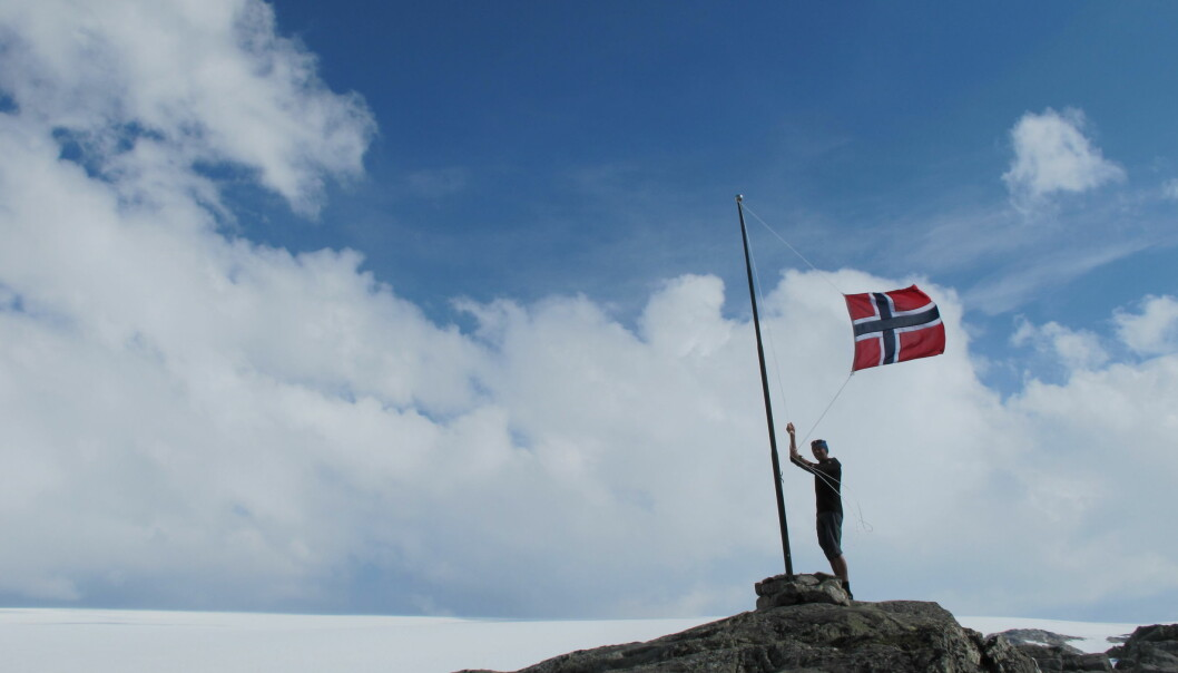 Hva er vel mer naturlig enn å feire en bretur med vaiende norske flagg.