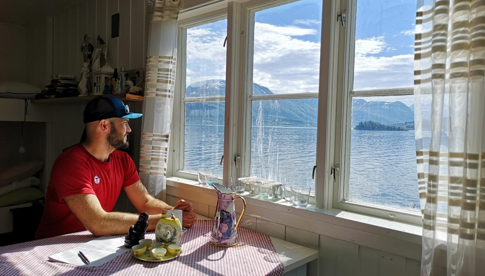 """<span class="""" italic"""" data-lab-italic_desktop=""""italic"""">På Veøystua får du fornemmelsen av å ha fjorden inne i stua.</span>"""