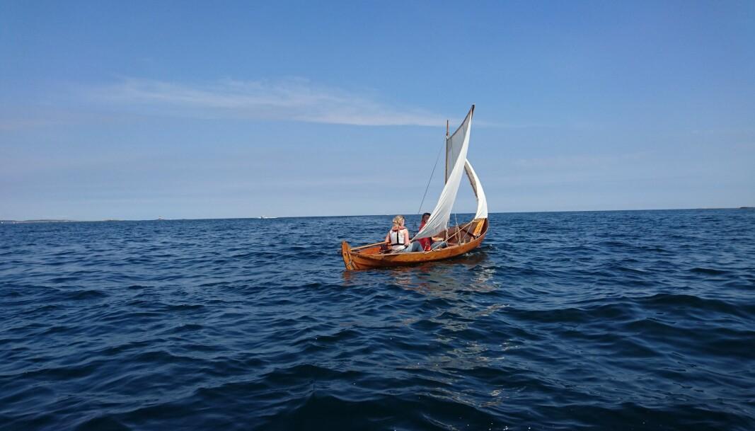 """<span class="""" italic"""" data-lab-italic_desktop=""""italic"""">Seilas i liten båt langs kystleden i Agder.</span>"""