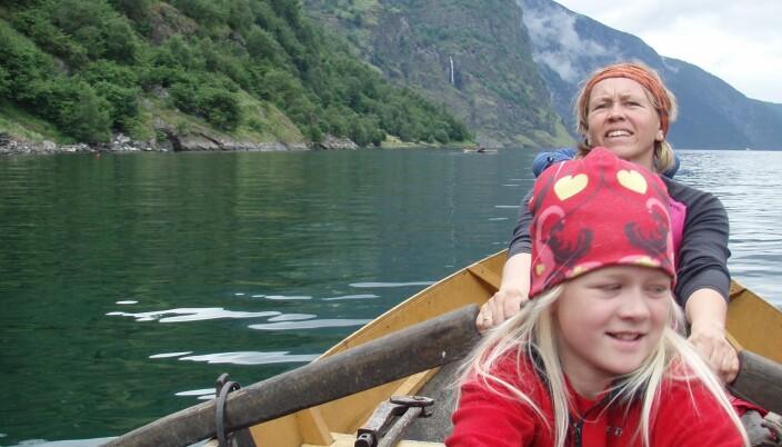 """<span class="""" italic"""" data-lab-italic_desktop=""""italic"""">Fagsjef Anne Mari Planke, her sittende på tofte i robåt sammen med datteren Anna, på favorittferie med fjell og fjord.</span>"""