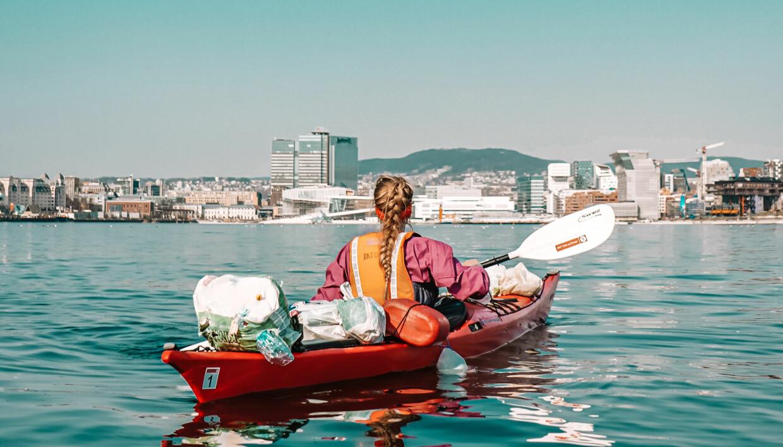 """<span class="""" italic"""" data-lab-italic_desktop=""""italic"""">Padler og friluftsinfluenser Ingrid Andrea Harrison Jonsløkken bedriver sporløs ferdsel. Posene bak på kajakken hennes er søppel plukket opp på øyer i Oslofjorden.</span>"""